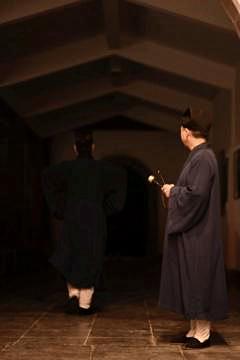 传度弟子在黑暗中独自走向靖室