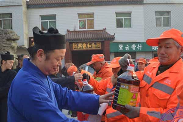 陕西咸阳市中五台道观隆重举行送温暖活动