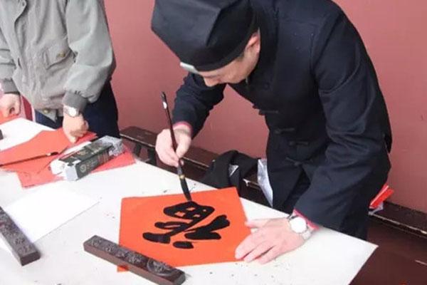 江苏苏州白塔龙王庙举办迎新春送春联活动
