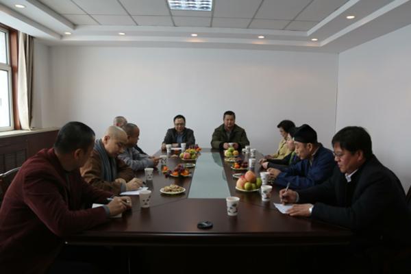新疆佛教道教天主教基督教代表人士举行茶话会