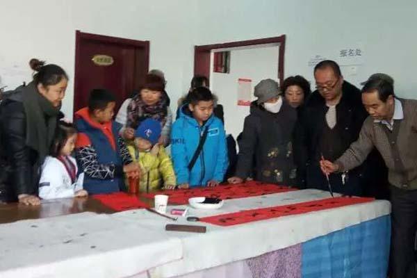 青海西宁市土楼观举行为贫困生送温暖活动