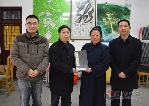 宏德基金会向江苏省茅山乾元观爱心捐赠经书