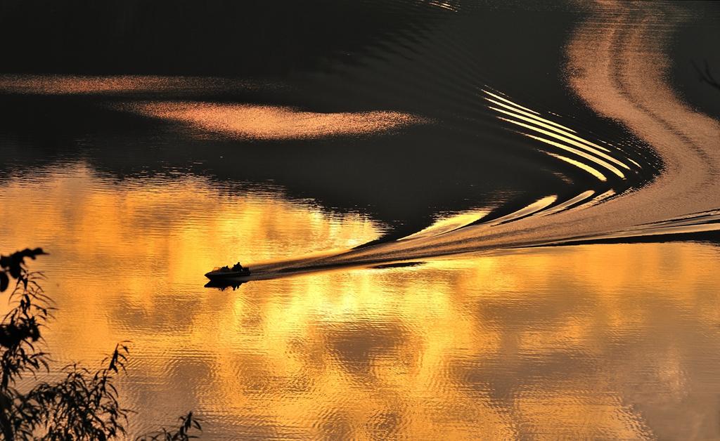 038优秀作品:黄金航道(摄影:贺茂棠)