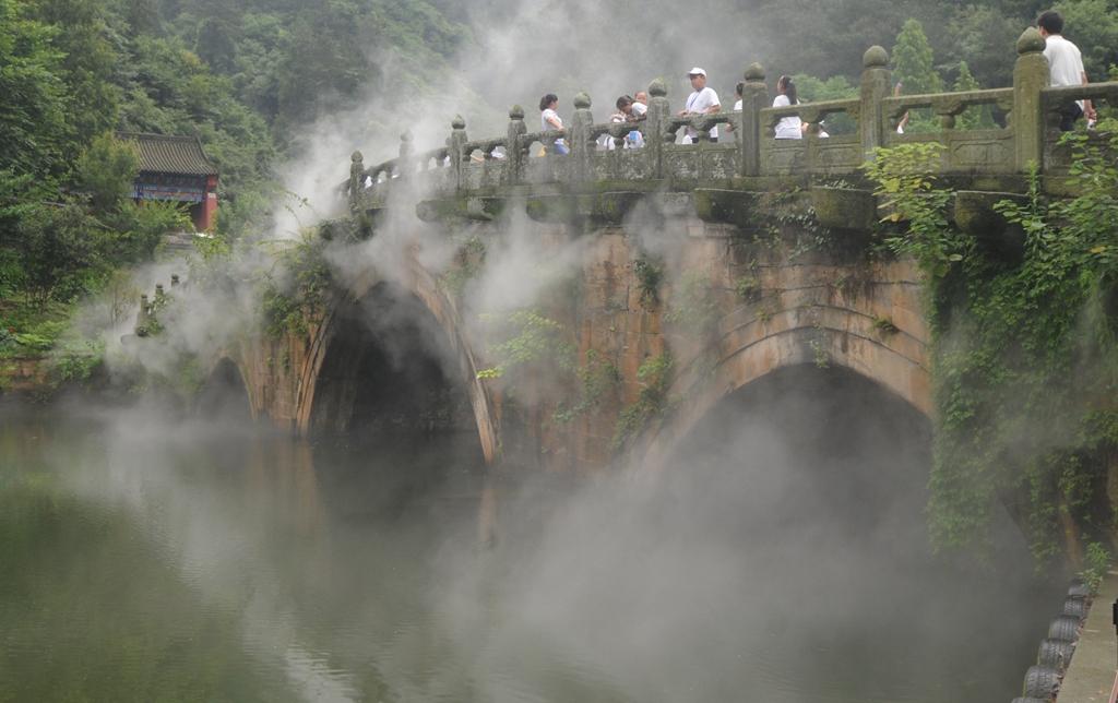 116优秀作品:游在武当似神仙(摄影:邱玉田)
