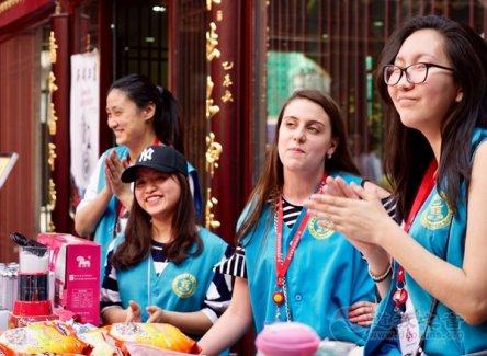 """上海城隍庙慈爱超市举行""""爱微笑""""义卖活动"""