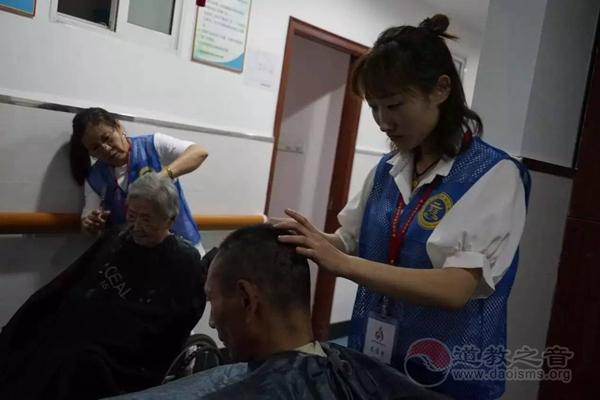 上海城隍庙慈爱功德会举行周末探望老人活动