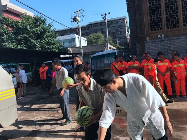 陕西西安都城隍庙道众慰问交警、环卫工人