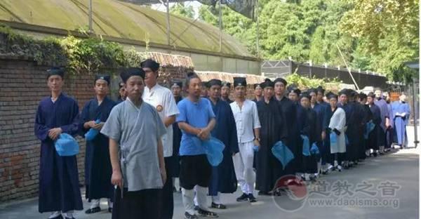 武汉大道观开展清理东湖磨山白色垃圾活动