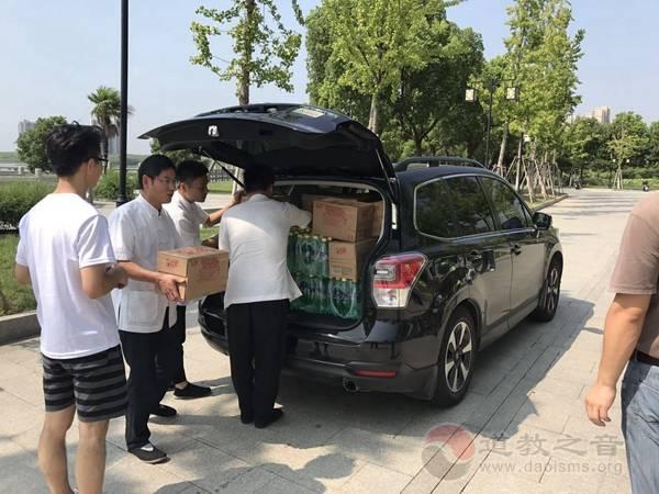 江苏省苏州崧泽道院为斜塘市政物业送清凉