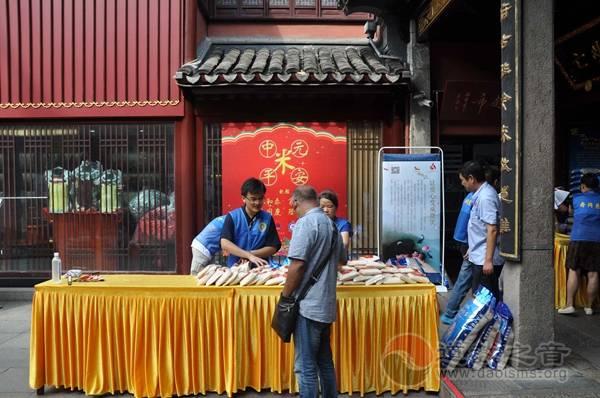 """上海城隍庙举办中元佳节赠""""平安米""""活动"""
