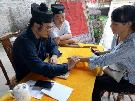 江苏省泰州市高港城隍庙举办道医义诊活动