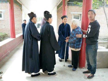 北京佑民观刘崇尧道长一行慰问敬老院老人