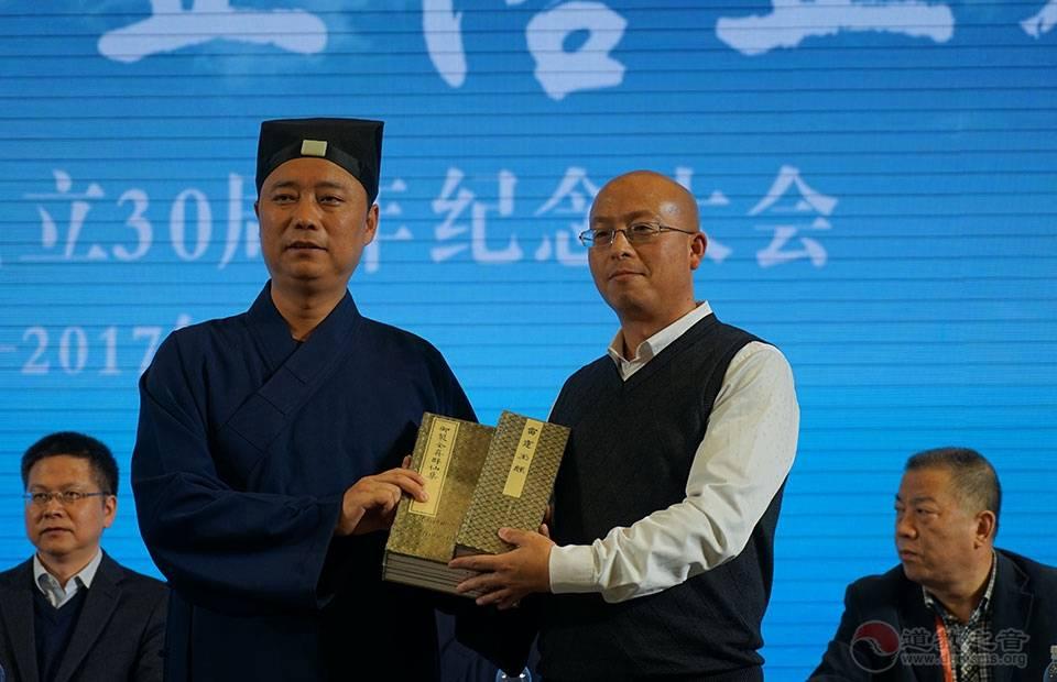 北京鸿博儒文化传播有限公司方应权总经理向西安市道教协会赠道教图书,为《御制全真群仙集》、《邱神仙磻溪集》、《赐号太和先生图像赞》、《雷霆玉经》。