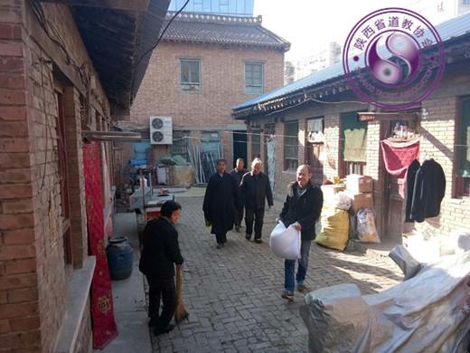 陕西富县道协、富县太和宫道观慰问城区52户贫困家庭