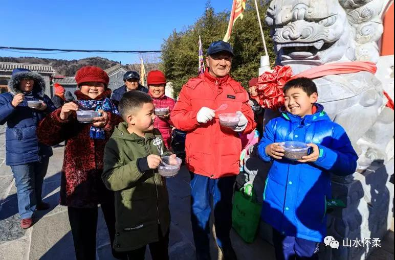 北京市怀柔区范各庄关公庙开展施腊八粥活动