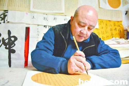 河南省鹤壁市男子用小篆写40米《道德经》称热爱书法