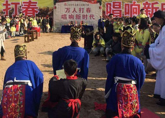 """万人""""打春"""" 长沙再现传统迎春礼民俗场景"""
