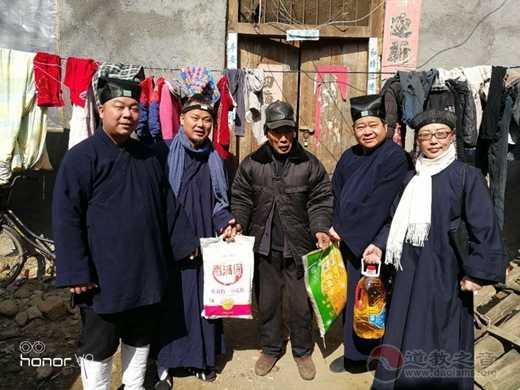 南阳市道教协会一行前往南召县板山坪镇看望慰问贫困户