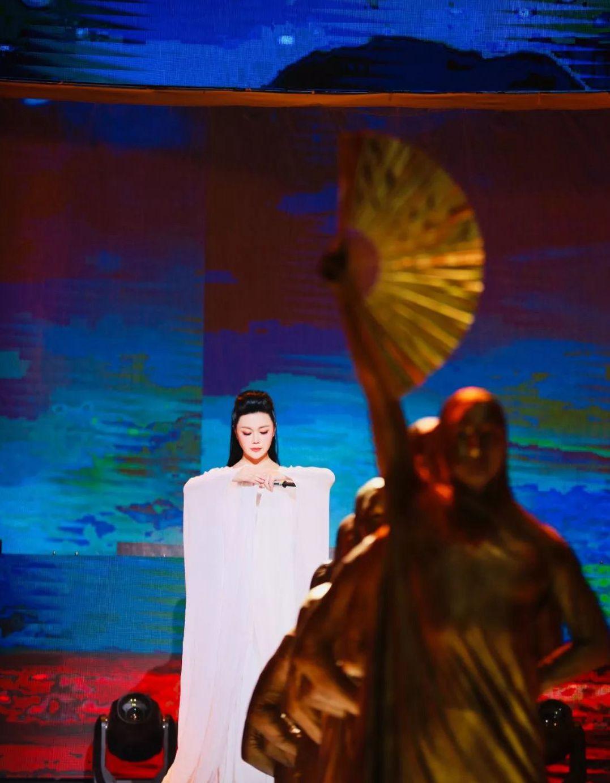 赵净颐登台唱响道教歌曲《紫气东来》