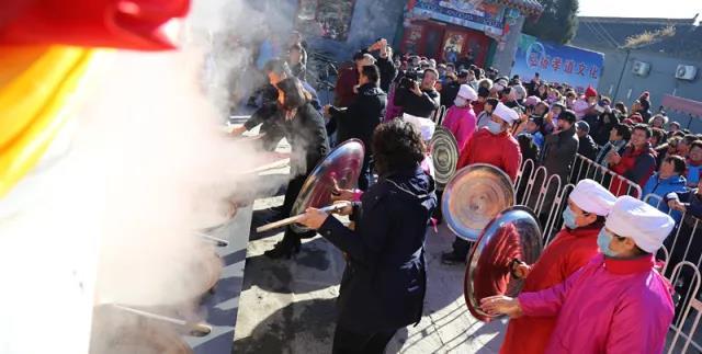 农历二十三小年是供奉祭灶王爷的日子,在关公庙举办原创祭灶仪式表演,以形象的舞台剧表演方式进行还原,让更多的人了解和感受这项家庭式传统祭灶祈福所传达的中华文化对于家庭和谐和生活幸福的期盼,传递了从小年开始过一个完整的中国年的概念。
