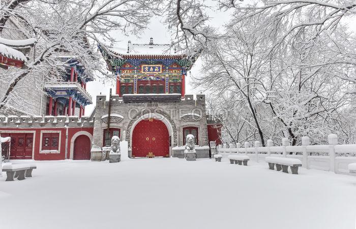 2018年3月15日,一大早暴雪还在陆续,在龙山区福寿宫的景区积雪已达到数十厘米厚。