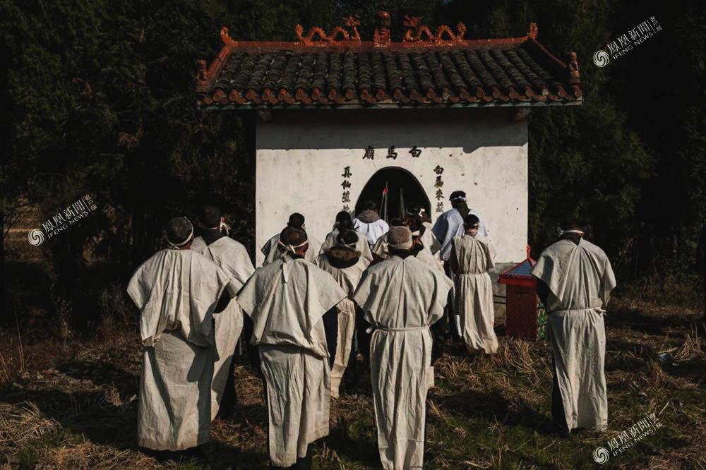 家属身着白衣,把死者牌位带到小庙里,告知神灵死讯,并祈求葬礼顺利。
