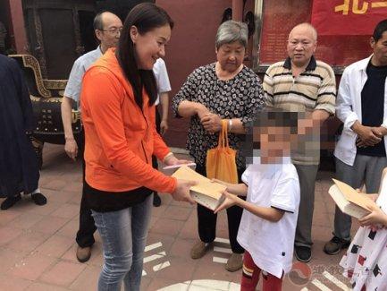 济南吕祖庙捐资助学生 关爱社区儿童