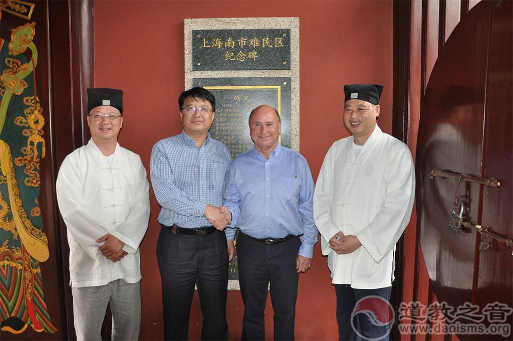 法国桑特市市长参观上海南市难民区纪念碑