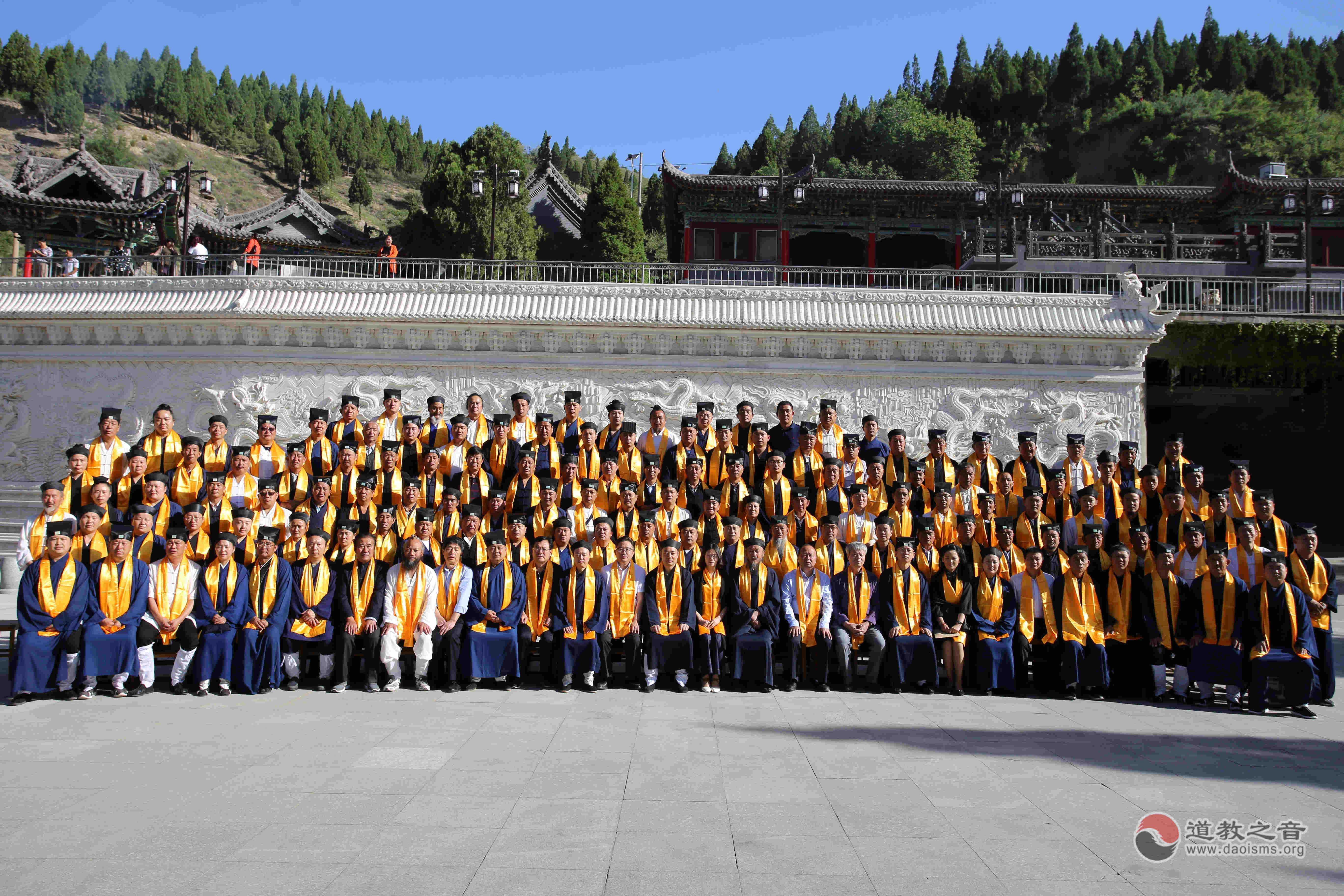 中国道教协会副会长、陕西省道教协会会长胡诚林道长与榆林市民宗局局长李长瑞就宗教文化发展交流