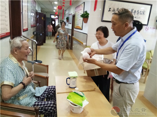 上海城隍庙慈爱功德会开展探望敬老院老人献爱心活动
