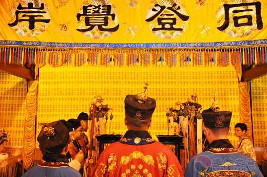 """上海城隍庙举办中元节赠""""平安米""""活动_城隍庙-平安-道教-上海-中元节"""