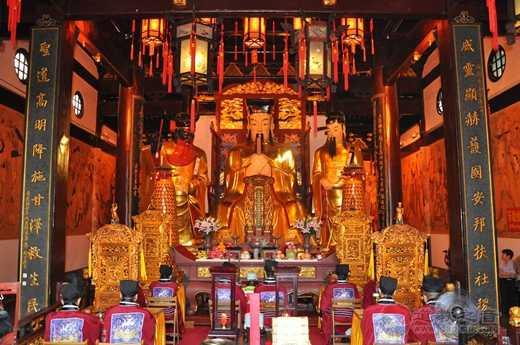 """上海城隍庙举办中元节赠""""平安米""""活动"""