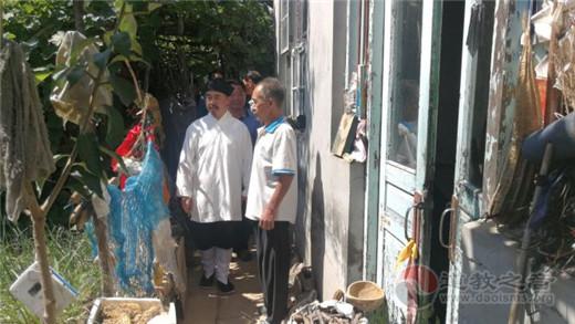 中国道教协会副会长张诚达道长一行赴山东寿光灾区赈灾救济