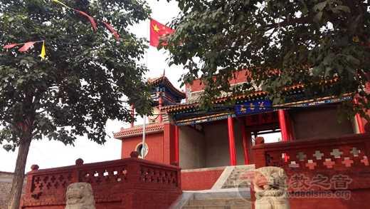 山西省原平市崞阳镇关帝庙举行升挂国旗活动