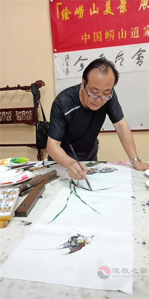 中国崂山道家书画院副秘书长杜君慧挥毫作画