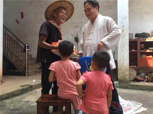 广西桂平市白石山三清观开展2018中秋节慰问孤寡贫困活动