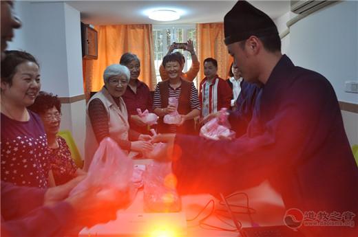 上海市钦赐仰殿道观举行重阳节敬老活动