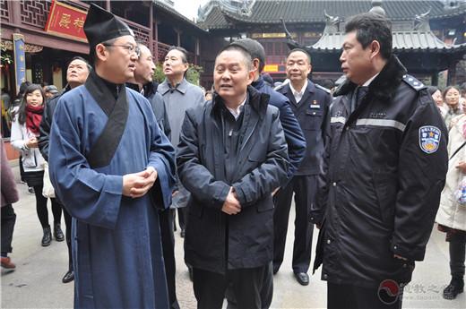 上海市副市长、市公安局局长龚道安到城隍庙检查节日安保工作