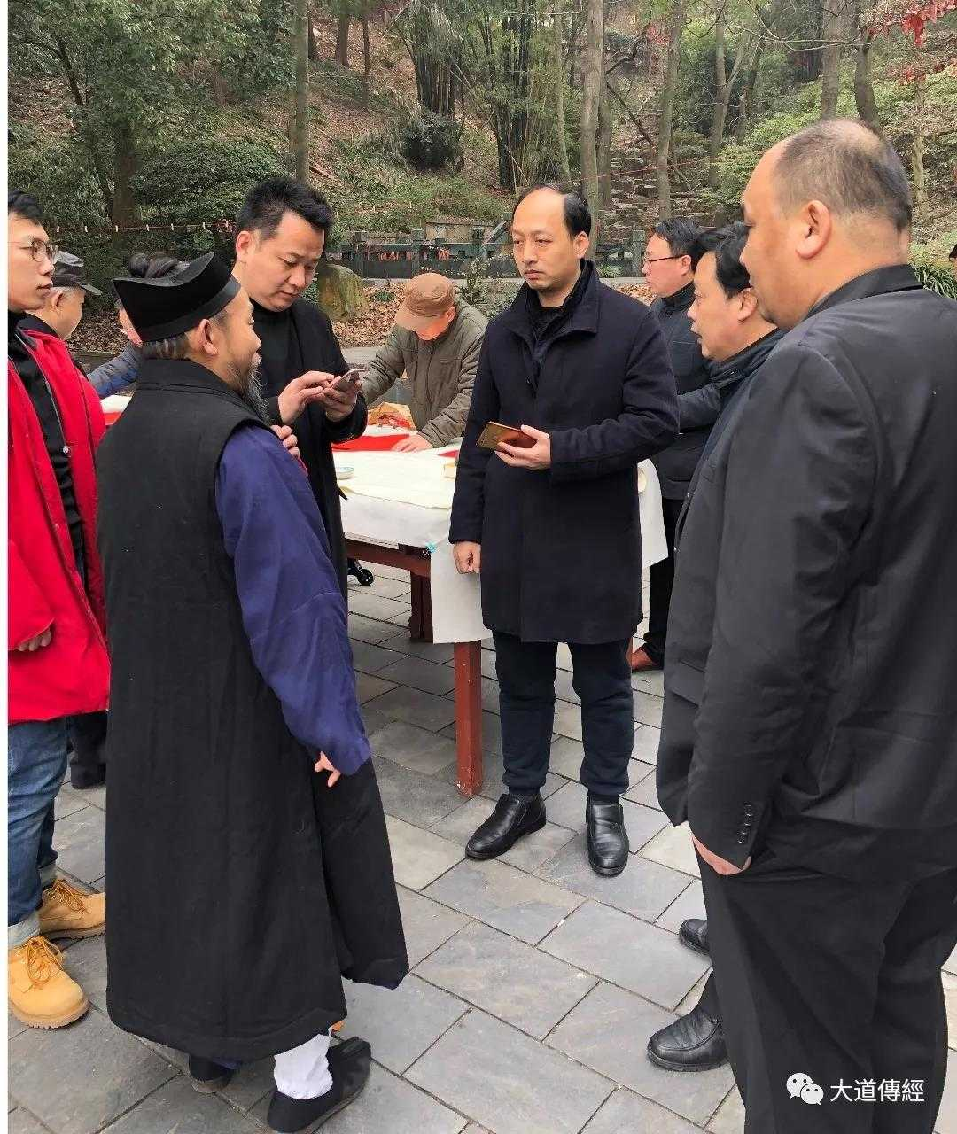 """武汉大道观举行""""送棉衣送温暖""""慈善捐助"""