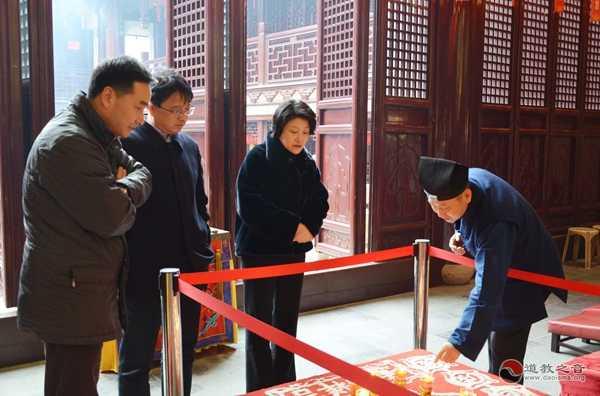 上海市民宗局局长花蓓检查上海白云观春节安全环保工作