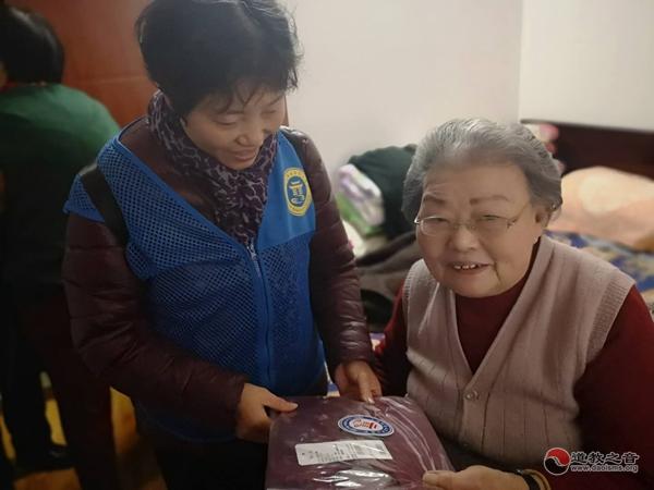 上海城隍庙慈爱功德会爱心人士为困难老人送羊绒衫