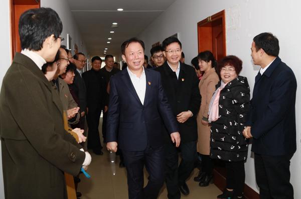 广西壮族自治区党委常委、统战部长徐绍川看望民宗委干部职工