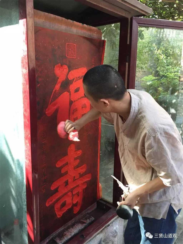 于南阳府衙博物馆演示非物质文化遗产传拓技艺