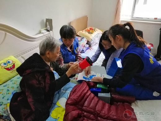 上海城隍庙慈爱功德会为社区老人家庭生活垃圾分类尽心助力