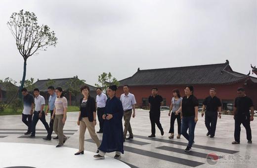 南京市委常委、统战部部长华静一行视察方山洞玄观
