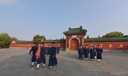 武当山道教学院举行升国旗仪式纪念中国人民抗日战争伟大胜利