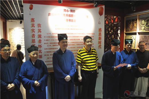 潘元庆处长宣布书画展开幕