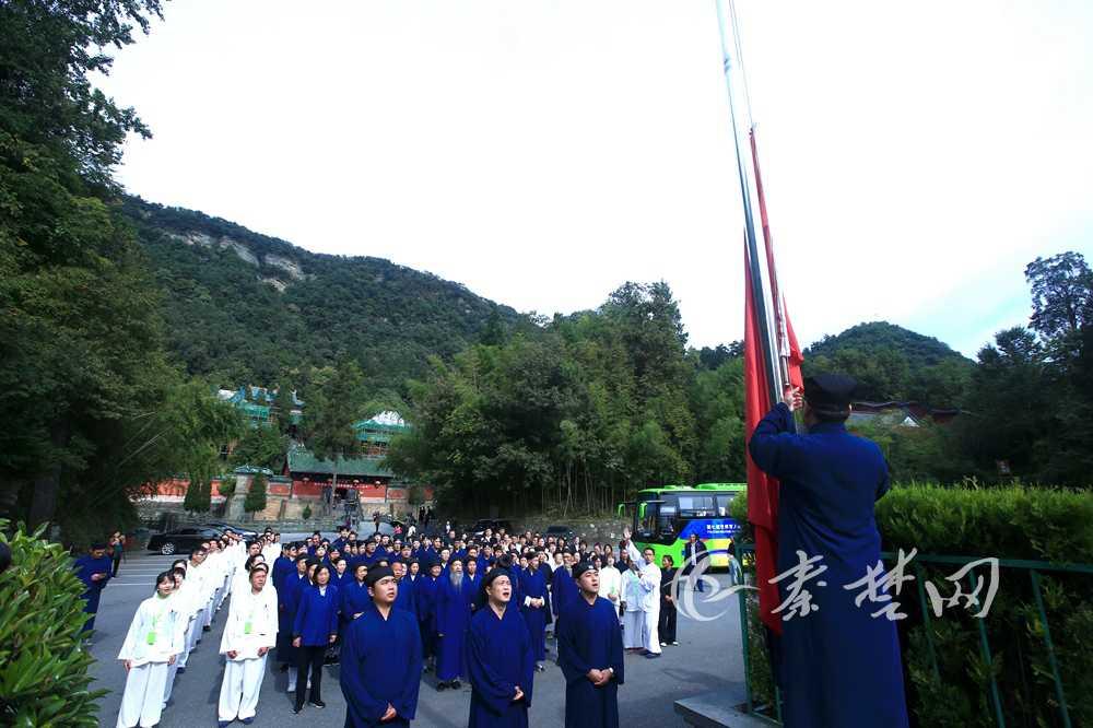 武当山道教协会举行升国旗仪式庆祝新中国成立70周年