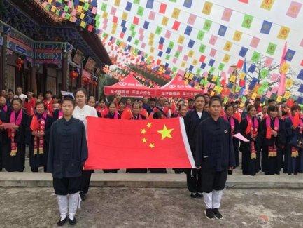 广西桂平市白沙罗丛岩道观举行升国旗、唱国歌活动