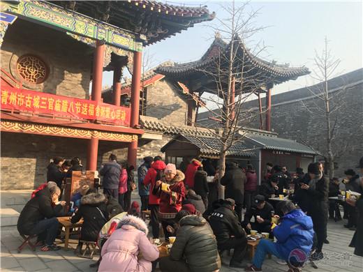 山東省青州市三官廟舉行臘八節送福舍粥愛心活動
